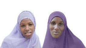 Matka i córka jest ubranym przesłonę, odosobnioną Zdjęcia Royalty Free