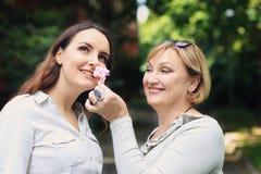 Matka i córka jesteśmy w parku Fotografia Stock