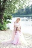 Matka i córka ma czułych momenty outdoors Mama cieszy się czas z dzieckiem na wakacje Rodzinny styl życia, podróż, entertainme fotografia royalty free