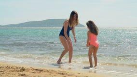 Matka i córka ma zabawę przy plażą 4k zdjęcie wideo