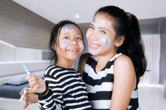 Matka i córka ma zabawę z twarz obrazem Fotografia Stock