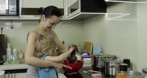 Matka i córka miesza czekoladowego ciasto, dziewczyna robi tortowi w kuchni zbiory