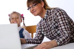 Matka i córka na komputerze Obrazy Royalty Free