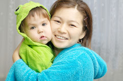 Matka i córka ono uśmiecha się do domu fotografia stock