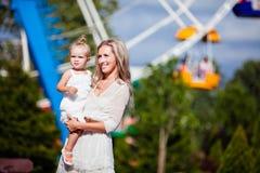Matka i córka ono uśmiecha się w lecie na tle t obraz royalty free