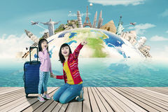 Matka i córka patrzeje światowych zabytki zdjęcia royalty free