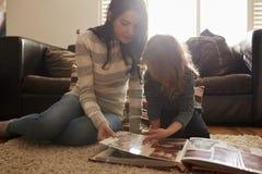 Matka I córka Patrzeje Przez albumu fotograficznego W Domu Zdjęcia Royalty Free