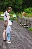 Matka i córka patrzeje trąbiastej małpy Obrazy Royalty Free