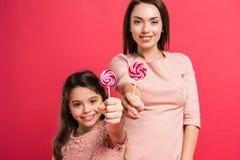 Matka i córka pokazuje lizaki obrazy royalty free