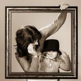 Matka i córka pozuje z ramą Zdjęcia Stock