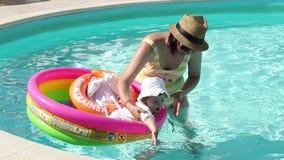 Matka i córka przy basenem zbiory