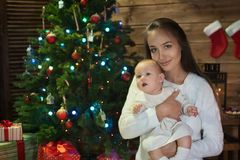 Matka i córka przy bożymi narodzeniami zdjęcia stock