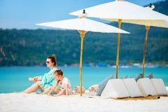 Matka i córka przy plażą Obrazy Stock