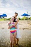 Matka i córka przy plażowym obejmowaniem Fotografia Royalty Free