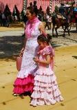 Matka i córka przy Seville jarmarkiem obrazy stock