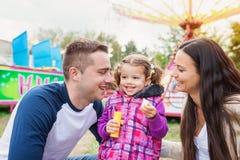 Matka i córka przy zabawa jarmarkiem, łańcuch huśtawki przejażdżka zdjęcia royalty free