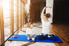 Matka i córka robi joga Obraz Stock