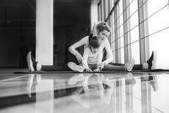 Matka i córka robi joga w gym Zdjęcie Royalty Free