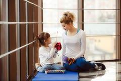 Matka i córka robi joga w gym Obrazy Stock