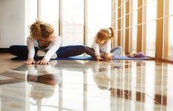 Matka i córka robi joga w gym Obraz Stock