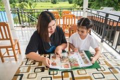 Matka i córka rozkazujemy od menu Zdjęcia Stock