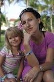 Matka i córka siedzi wpólnie zdjęcia stock