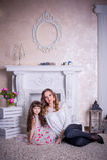 Matka i córka siedzimy blisko graby Zdjęcia Stock