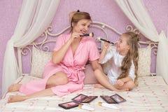 Matka i córka stosujemy makeup wpólnie zdjęcie stock