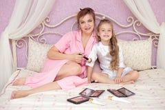 Matka i córka stosujemy makeup wpólnie obraz royalty free