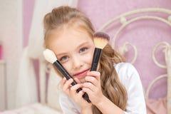 Matka i córka stosujemy makeup wpólnie zdjęcie royalty free