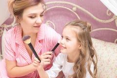 Matka i córka stosujemy makeup wpólnie zdjęcia royalty free