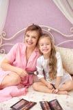 Matka i córka stosujemy makeup wpólnie fotografia stock