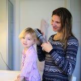 Matka i córka szczotkuje włosy wpólnie obraz royalty free