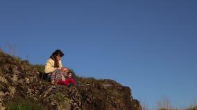 Matka i córka trekking w górach zdjęcie wideo