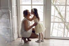 Matka i córka trzy roku siedzi wielkim okno Obrazy Royalty Free