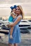 Matka i córka trzy roku w błękitnym smokingowym dużym łęku Zdjęcie Stock
