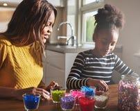 Matka i córka tworzy z paciorkami rzemiosła Obrazy Royalty Free