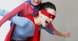 Matka i córka udaje być bohaterem 4k zdjęcie wideo