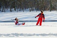 Matka i córka w śnieżnym zima parku zdjęcie royalty free
