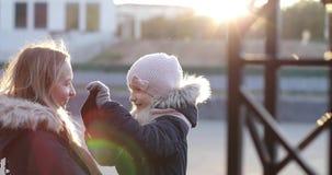 Matka i córka w ciepłej jesieni odziewamy przy zmierzchem w mieście zbiory wideo