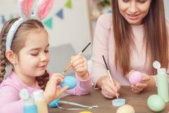 Matka i córka w królików ucho Easter świętowaniu siedzi obraz kropek zakończenie wpólnie w domu Zdjęcia Royalty Free