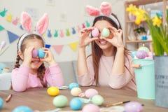 Matka i córka w królików ucho Easter świętowaniu siedzi wpólnie w domu mieć zabawę Obrazy Stock