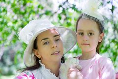 Matka i córka w lato parku fotografia stock