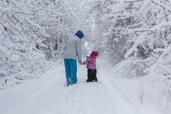 Matka i Córka w śniegu Obraz Royalty Free