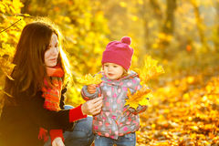 Matka i córka w parku Zdjęcie Stock