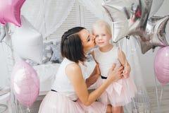 Matka i córka w pięknych strojach świętujemy wakacje Obrazy Stock