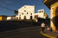 Matka i córka w ulicie kolonialny miasto Granada w Nikaragua z San Fransisco klasztorem na tle przy Fotografia Stock