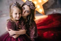 Matka i córka w wizerunku królowa i princess ja obraz royalty free