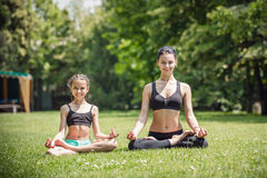 Matka i córka ćwiczy w parku Obrazy Stock