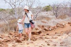 Matka i córka wycieczkuje przy scenicznym terenem Fotografia Royalty Free